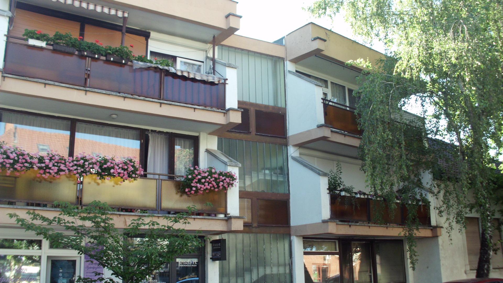 Kiskunhalas városközpontjában 3 szobás lakás garázzsal eladó
